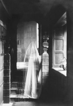 Image_of_a_ghost,_produced_by_double_exposure_in_1899